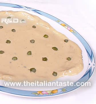 Vitello tonnato disposto su un piatto di portata